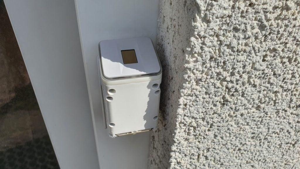Ekey Uno smartes Türschloss mit Fingerabdruck im Test Scanner auf Montageplatte