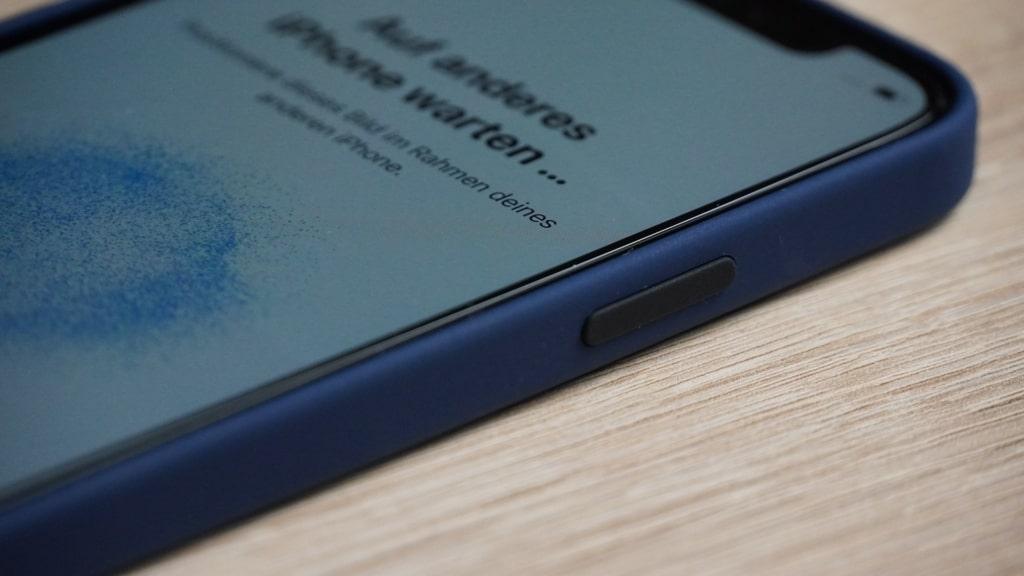 Apple iPhone 12 Pro Test Hülle Panzerglas - Hülle angebracht Seite